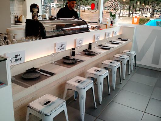 La barra japonesa del restaurant Yume Sushi & Oysters de Sant Vicenç de Montalt