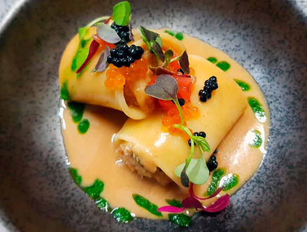 Pasta farcida amb peix i marisc, salsa cremosa de peix i caviar d'arengada del restaurant Dos Cuiners de Mataró