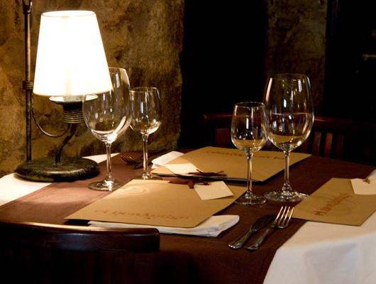 Una taula del restaurant ElnouAntigó de Teià