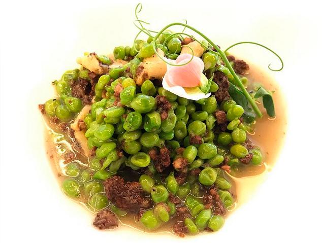 Pèsols del Maresme amb tripa de bacallà i botifarra negra del restaurant Tresmacarrons del Masnou