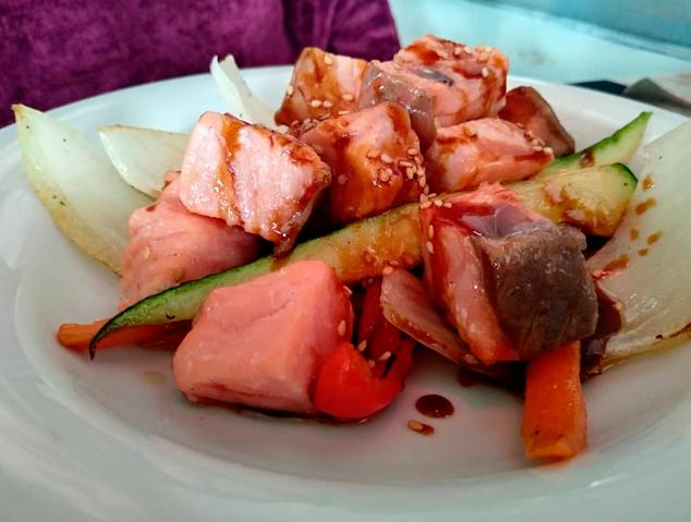 Un plat del salmó del restaurant Saloma del Masnou