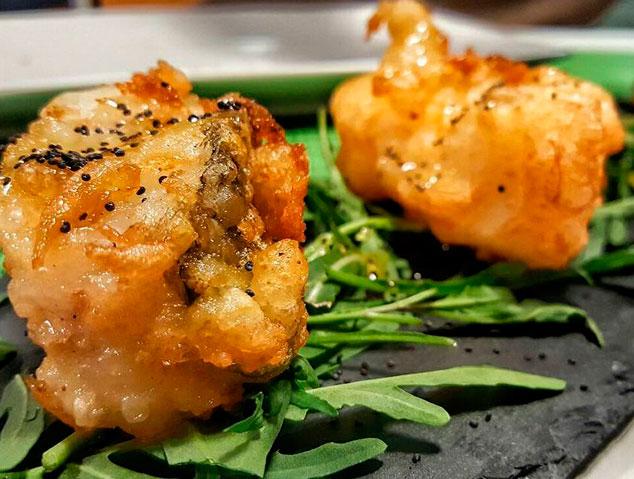 Uns bunyols de bacallà del restaurant Meraki17 de Mataró