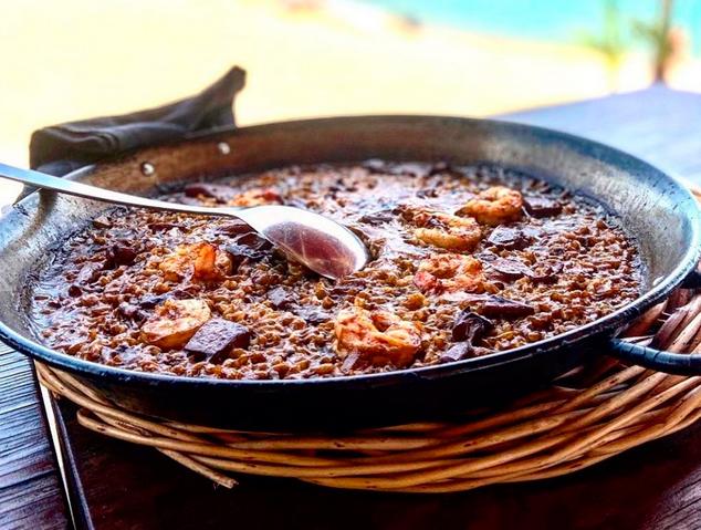 Paella a peu de platja del restaurant Ostres Quin Raconet de Caldes Estrac
