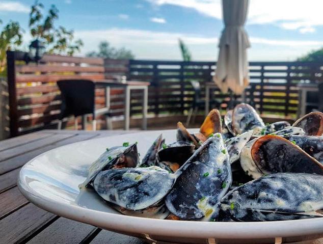 Un plat de musclos a la terrassa del restaurant Papageno by Nomad de Cabrera de Mar