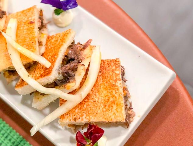 Mini sándwich de cua de bou del restaurant Charlotte Gastrobar & Cocktails de la Riera de Mataró