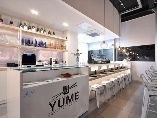 Interior del Yume Sushi & Oysters