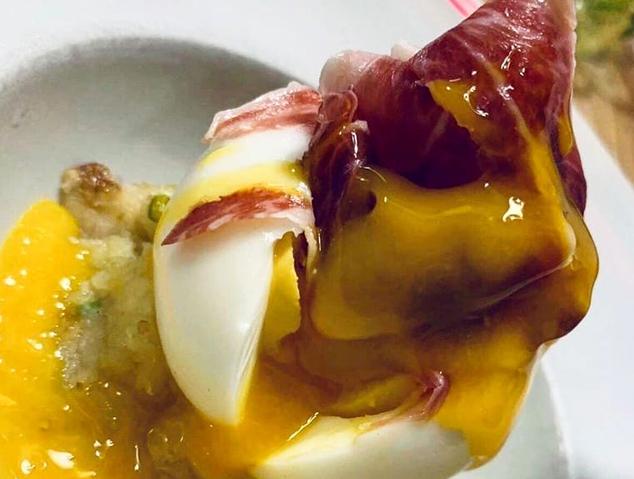 """Ou """"poché"""" amb pernil ibèric i patata al morter del restaurant Kuba de Mataró"""