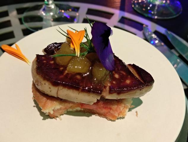 Ensaïmada de Mallorca amb tomàquet de penjar, lasca de foie, préssec confitat i germinat de pi del restaurant Suka de Mataró