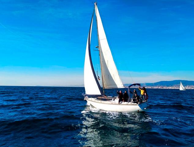 Un veler davant la costa del Maresme