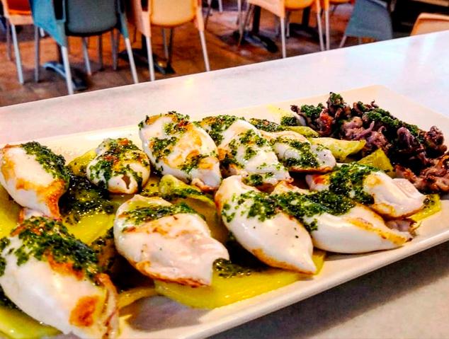 Calamarsets a la planxa amb all i julivert del restaurant Emporium Lounge de Montgat