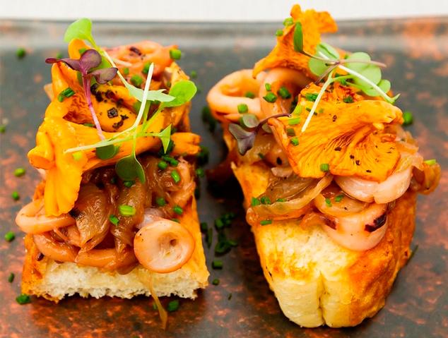 Un plat amb Bolets del restaurant Blau de Mar a Arenys de Mar