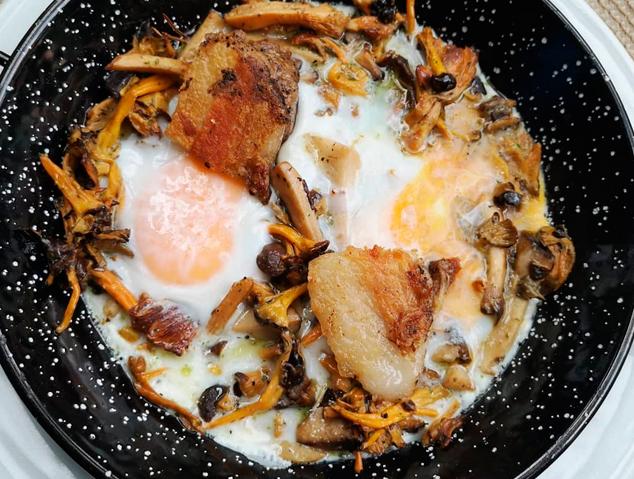Cassoleta de bolets amb cansalada confitada i ous - El Jardí del Vellard (Sant Vicenç de Montalt)