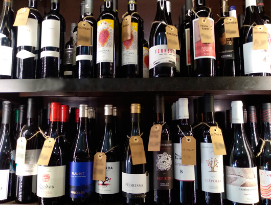 Una estanteria plena de vins