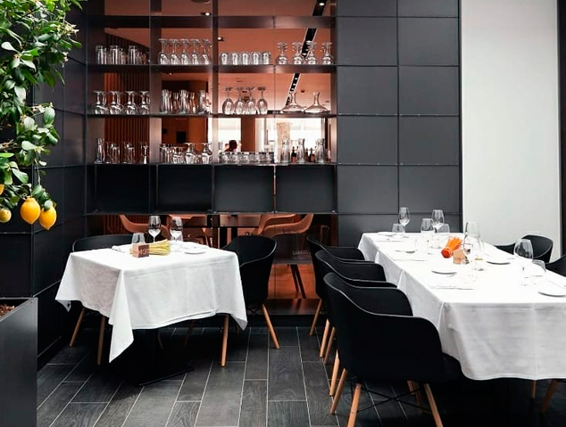 Interior del restaurant MOT by Vila Arenys Hotel