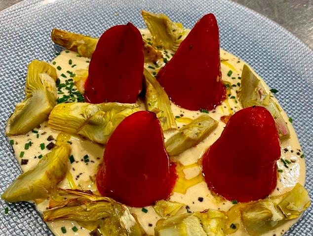 Pebrots amb brandada de bacallà i carxofes del restaurant Arrels de Premià de Dalt