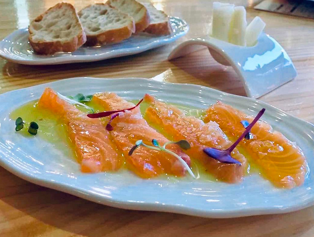 Un plat de salmó del restaurant Palomino Fino de Mataró
