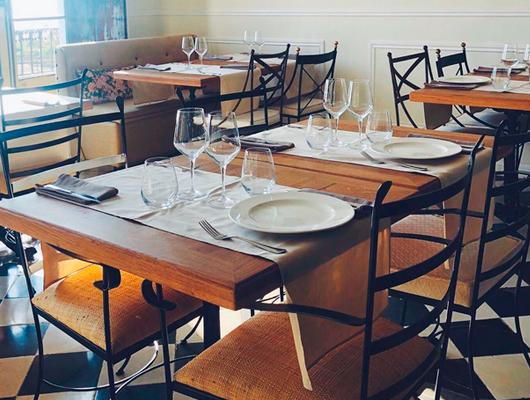 Una de les taules del restaurant Blau de Mar d'Arenys de Mar